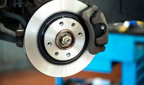 Remplacement de disques de frein de voiture dans un garage à Andrézieux-Bouthéon