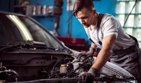 Révision de voiture avant contrôle technique dans garage automobile à Saint-Just-Saint-Rambert